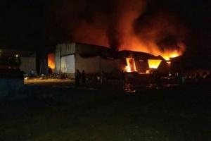 حريق مستودع في منطقة خلف بالمكلا