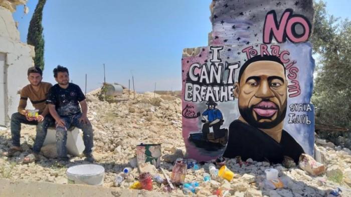 بالجرافيتي.. فنان سوري يتضامن مع «فلويد» في إدلب (صور)