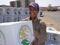 عكاظ: السعودية تواجه ممارسات الحوثي بأعمال إنسانية