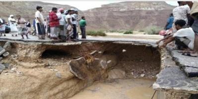 السيول تقطع الطريق الصحراوي بين حضرموت والمهرة (صور)