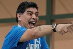مارادونا يمدد عقده مع نادي لا بلاتا الأرجنتيني