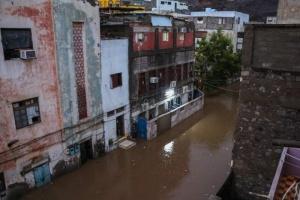 الأمطار الغزيرة تتسبب في غرق شوارع مديريات العاصمة عدن (صور)