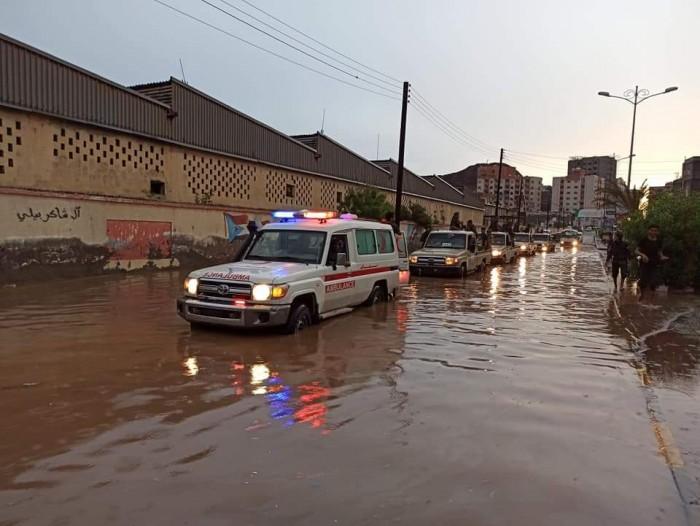 نقل الأسر المتضررة من السيول في التواهي إلى أماكن آمنة (صور)