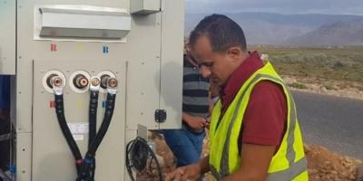 إنجاز التمديدات الكهربائية لمحطة الشيخ زايد 4 بسقطرى (صور)