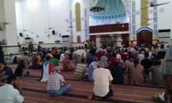 حشود في مسجد الرحمن لأداء صلاة الجنازة على القعيطي