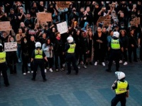 السويد تدعو مواطنيها للجوء إلى المظاهرات الإلكترونية ضد العنصرية بدلا من النزول للشارع