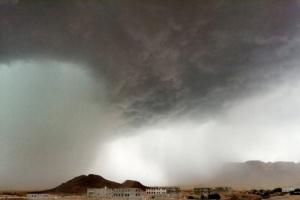 موجة غبار تضرب المناطق الصحراوية