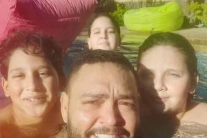 من حمام السباحة.. أحمد رزق يستمتع بأجواء الصيف مع أولاده (صور)