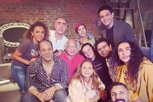 """بالفيديو.. فريق عمل """"بـ 100 وش"""" يهنئ آسر ياسين على مولوده الجديد """"زين"""""""