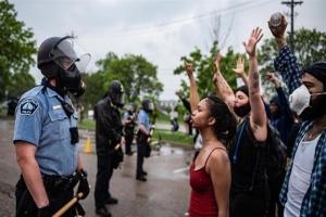 عاجل.. استمرار تظاهر المحتجين على مقتل فلويد بواشنطن