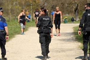 الشرطة السويسرية توزع كمامات على متظاهرين في بازل
