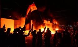 محتجون عراقيون يضرمون النار في منزل محافظ النجف