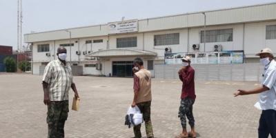 الانتقالي يزود المرافق الخدمية في عدن بكمامات طبية (صور)
