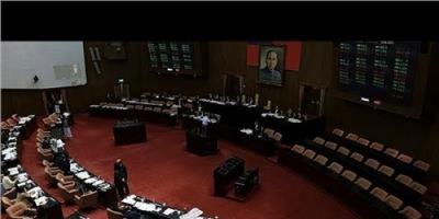 تايوان.. احتلال أكثر من 20 نائبًا من المعارضة مبنى البرلمان