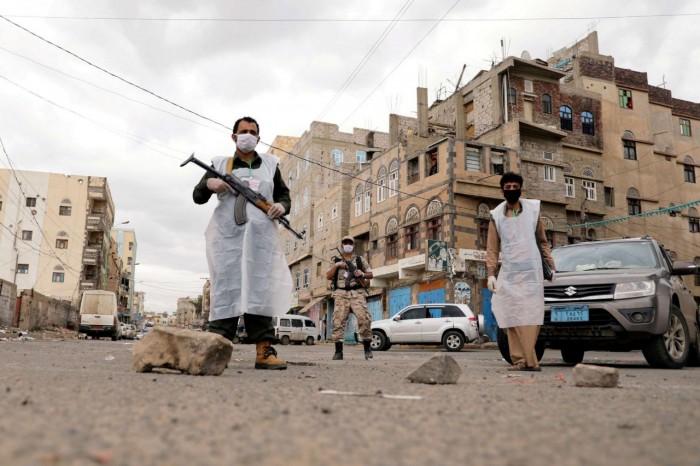 أزمة وقود وجائحة كورونا.. رصاصتان حوثيتان تخترقان الصدور