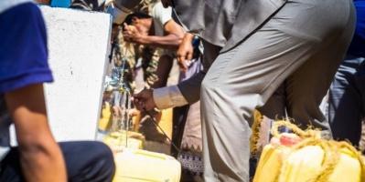 """""""الدولية للهجرة"""" تضخ 12 مليون لتر مياه للنازحين بمأرب"""