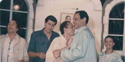"""بعد 30 عام.. محمد صبحي ينشر صور جديدة من كواليس مسرحية """"وجهه نظر"""""""