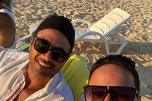 كريم عفيفي بصحبة أحمد عز على أحد الشواطئ (صورة)
