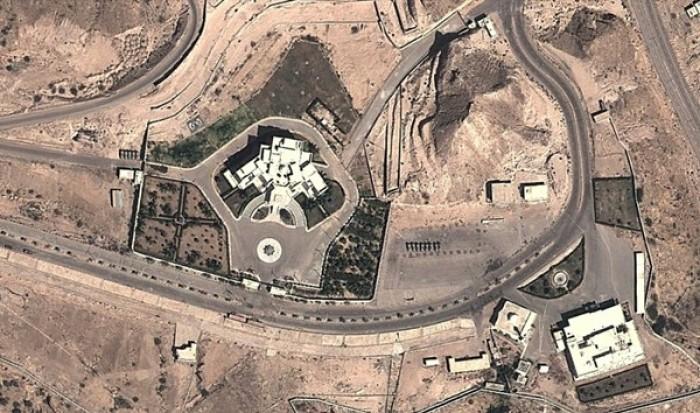 طائرة بدون طيار تحلق فوق القصر الجمهوري بالمكلا