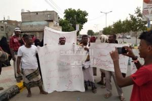 مطالبات من زنجبار بإقالة مدير إيرادات أبين (صور)