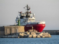 """إيطاليا تفرض حجرًا صحيًا على سفينة """"أوشن فايكينج"""""""