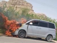 تفحم سيارة في السوم بسبب ماس كهربائي