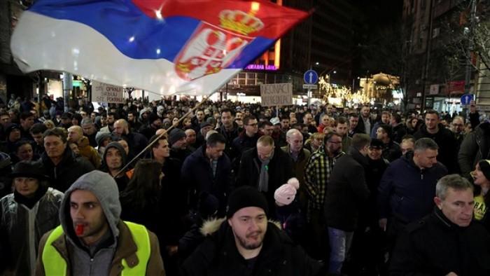 بسبب حظر التجوال.. محتجون يرفعون لافتات في مسيرة بـبلغراد