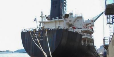تفريغ 200 ألف جوال دقيق في ميناء عدن