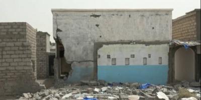 شاهد قذيفة حوثية تدمر منزلا في التحيتا