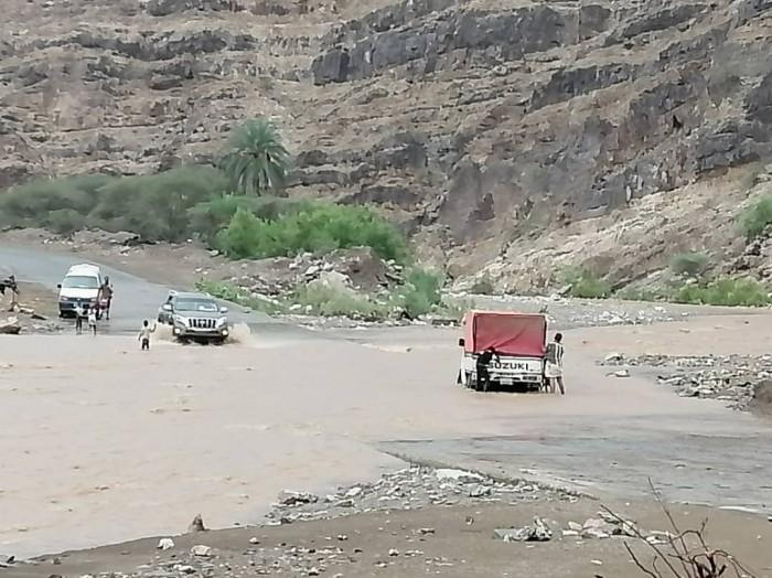 سيول تقطع خط لحج عدن وتمنع عبور السيارات