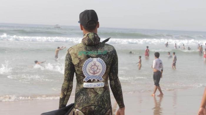 خفر سواحل حضرموت ينقذ شابين من الغرق