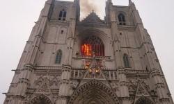 اندلاع حريقًا هائلًا في كاتدرائية نانت التاريخية بفرنسا (فيديو)