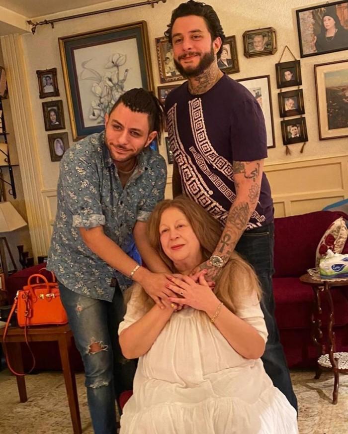 أحمد الفيشاوي يحتفل بعيد ميلاد والدته الفنانة سمية الألفي