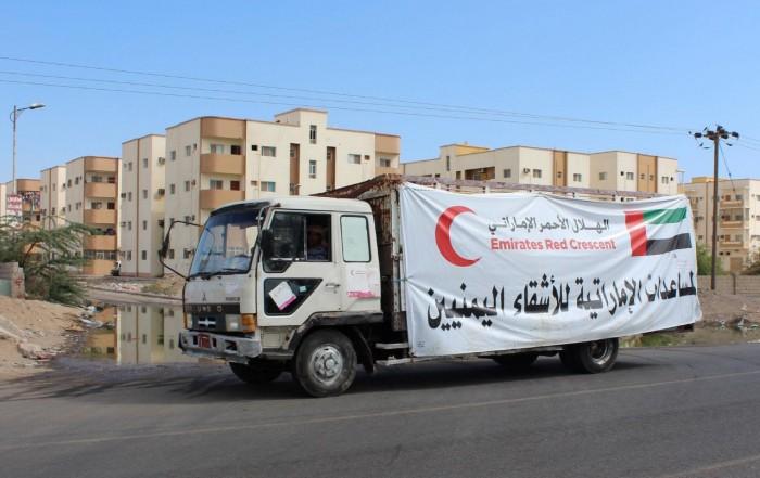 """قوافل الإمارات.. """"لوحة خير"""" تتحدّى الحرب الحوثية وتواجه افتراءات الشرعية"""