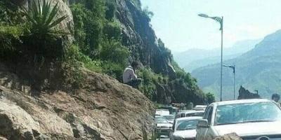 انهيار صخري يحاصر مئات السيارات في إب