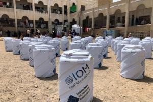 خزانات مياه لـ300 أسرة نازحة في تعز