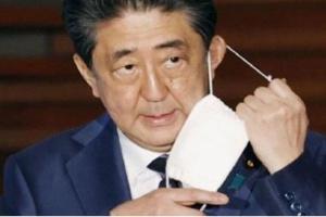 رئيس الوزراء الياباني يتوقف عن ارتداء الكمامة لسوء جودتها