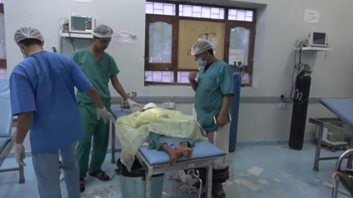 مقذوف حوثي يبتر يد طفلة في التحيتا ويمزق وجهها