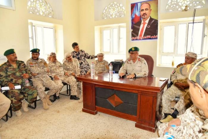 الرئيس الزُبيدي يوجه مدير مكتبه بتفقد وحدات عسكرية 