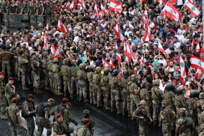 الجيش اللبناني يطالب المتظاهرين بضبط النفس