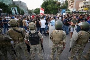 الجيش اللبناني يُخرج المتظاهرين من مقر الخارجية وينتشر في محيطها