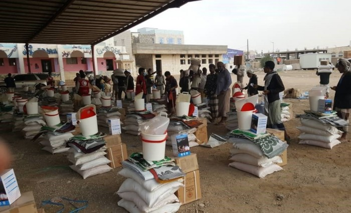 خلال عام ونصف.. الصليب الأحمر يوزع 105 ألف سلة غذائية