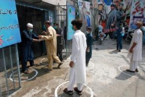 باكستان ترفع القيود الاحترازية بسبب انخفاض إصابات كورونا