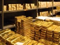 الذهب يتراجع 2 % بفعل لجوء المستثمرين للأصول عالية المخاطر