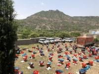 الصليب الأحمر يوزع معونات غذائية وإيوائية في قعطبة