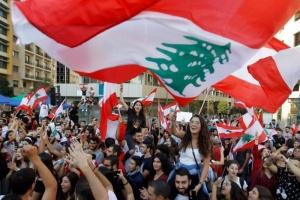 متظاهرون لبنانيون يحتشدون في محيط مجلس النواب
