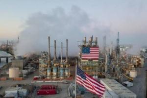 مخزونات النفط والبنزين الأمريكية تتراجع بأكثر من التوقعات