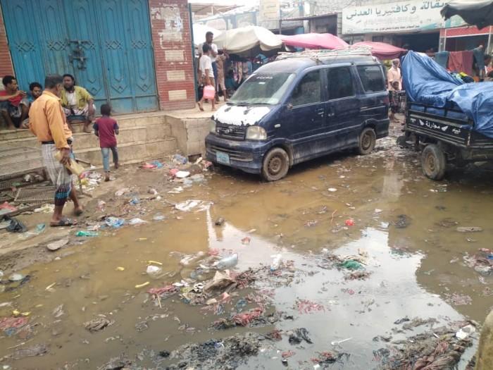 القمامة والصرف الصحي يحاصران شوارع زنجبار الخلفية