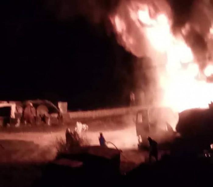 بالصور.. حريق هائل في خزانات نفطية بالمعافر