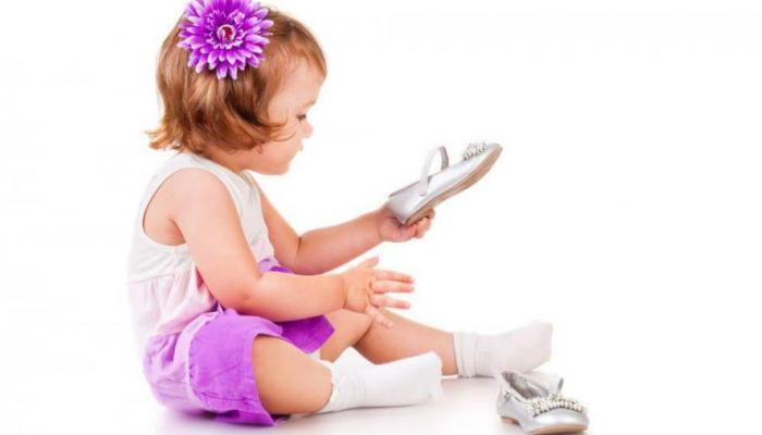 لهذا السبب..خبير يدعو لترك الطفل بلا حذاء حتى عمر 6 سنوات